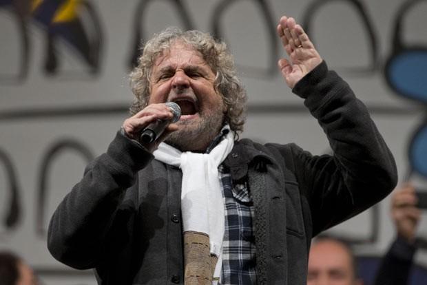 O comediante Beppe Grillo, líder do Movimento 5 Estrelas, durante comício em 22 de fevereiro em Roma (Foto: AFP)
