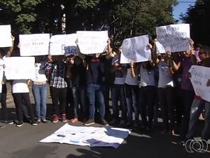 Alunos e professores protestam contra desapropriação de prédio de escola, em Goiânia (Foto: Reprodução/TV Anhanguera)