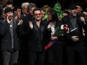 O guitarrista The Edge e o vocalista Bono, do U2, aplaudem a estreia do musical 'Homem-Aranha' em Nova York na terça-feira (14) (Foto: Reuters/Jessica Rinaldi)