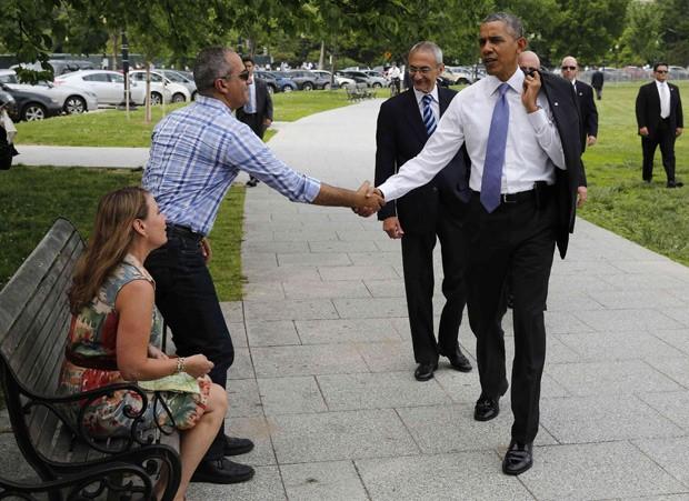 Barack Obama cumprimenta turistas israelenses perto da Casa Branca, em caminhada na quarta-feira  (Foto: Larry Downing/Reuters)