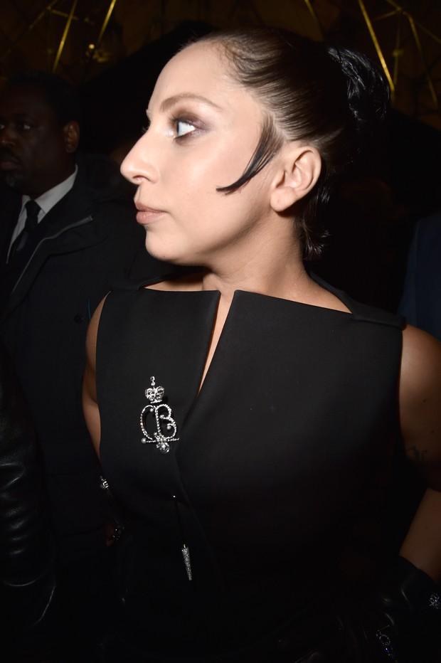 Lady Gaga de novo visual no desfile da Balenciaga, em Paris (Foto: Getty Images)