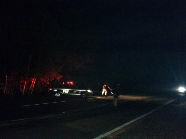 Polícia Rodoviária Federal conseguiu liberar a BR-364 e controlar o tráfego a até a chegada de uma equipe da Eletrobras (Foto: Toni Francis/G1)