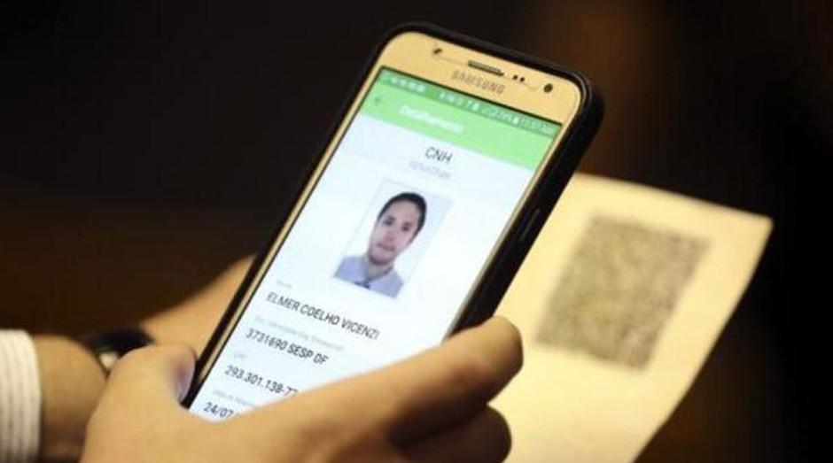 Smartphone: documento terá versão para celular  (Foto: Agência Brasil)