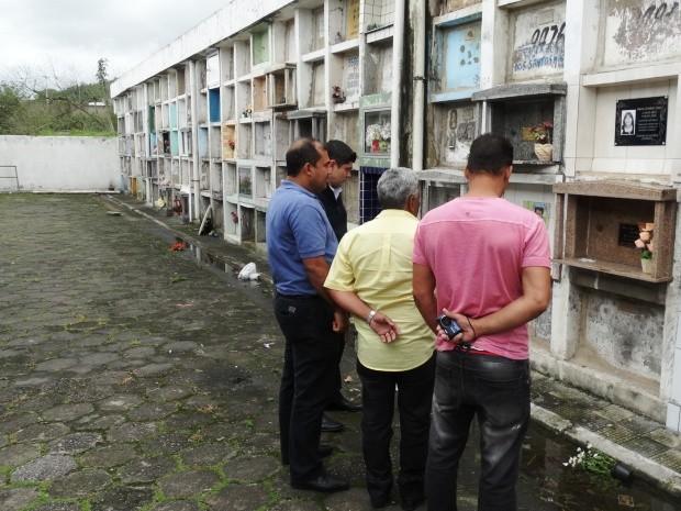 Vereadores estiveram no Cemitério Municipal de Cubatão (Foto: Roberto Strauss/G1)