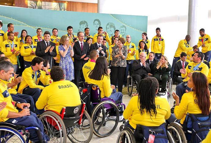 Dilma Rousseff recebe delegação brasileira dos Jogos Parapan-Americanos de Guadalajara 2011 (Foto: Roberto Stuckert Filho)