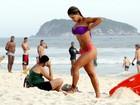 Lucilene Caetano chama atenção com seu biquininho em praia do Rio