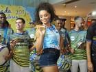 Juliana Alves usa shortinho jeans para curtir feijoada no Rio