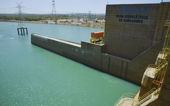 A Usina Hidrelétrica de Sobradinho tem capacidade para gerar 1.050 megawatts, mas com a falta de água só tem sido possível gerar cerca de 160 megawatts (Foto: Marcello Casal Jr/Agência Brasil)