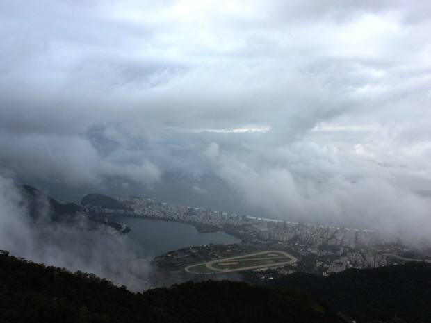 Domingo amanheceu com tempo fechado e há previsão de chuva para todo o período (Foto: Marcos Teixeira Estrella/TV Globo)