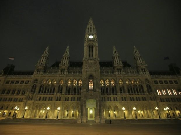 No Palácio de Hofburg, em Viena, na Áustria, as luzes estavam acesas (imagem acima) mas foram apagadas para a 'Hora do Planeta' (imagem abaixo), neste sábado (23) (Foto: Heinz Peter-Bader/Reuters)