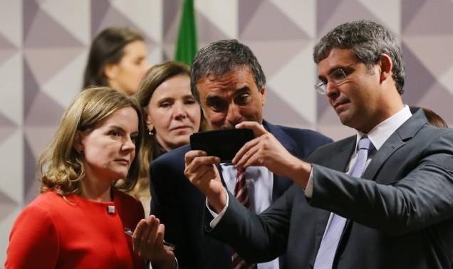 O senador Lindemberg Farias, do PT,  já declarou que adora tirar selfies e não perdoa nem o próprio Senado (Foto: Reprodução)
