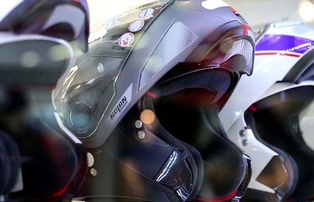 Teste de capacetes no programa Auto Esporte (Foto: Reprodução)