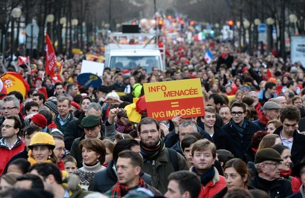 Manifestantes anti-aborto foram às ruas de Paris neste domingo (19) (Foto: AFP)
