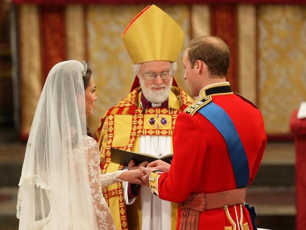 Kate Middleton e Príncipe William trocam alianças (Foto: Getty)