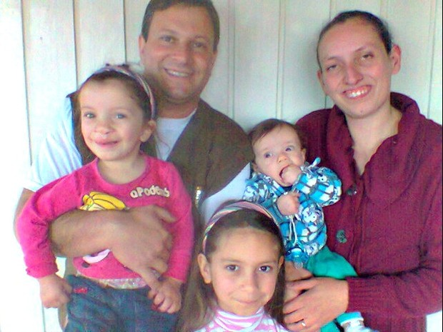 Lydia (à esquerda) junto os pais e os irmãos Kalled (à direita) e Danielly Vitoria (centro) (Foto: Arquivo Pessoal)