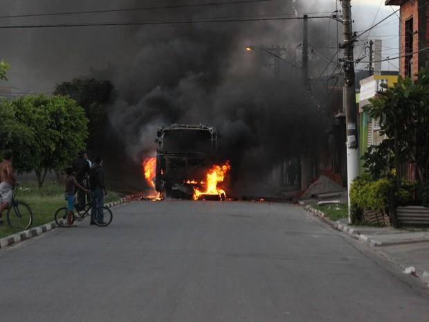 Ônibus é incendiado por moradores em Suzano (Foto: Rafael Oliveira/Arquivo Pessoal)