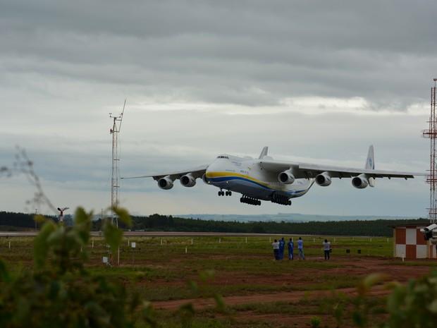 Antonov pousa com garoa em Campinas (Foto: Roberta Steganha/ G1)
