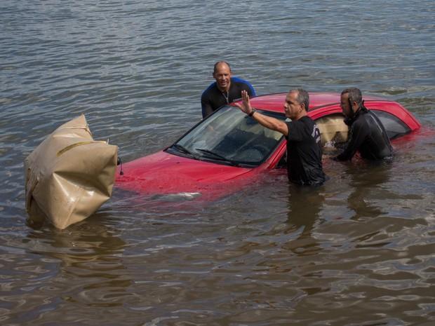 Carro submerso nas águas do Lago Paranoá, no DF, durante resgate dos bombeiros (Foto: Corpo de Bombeiros/Divulgação)