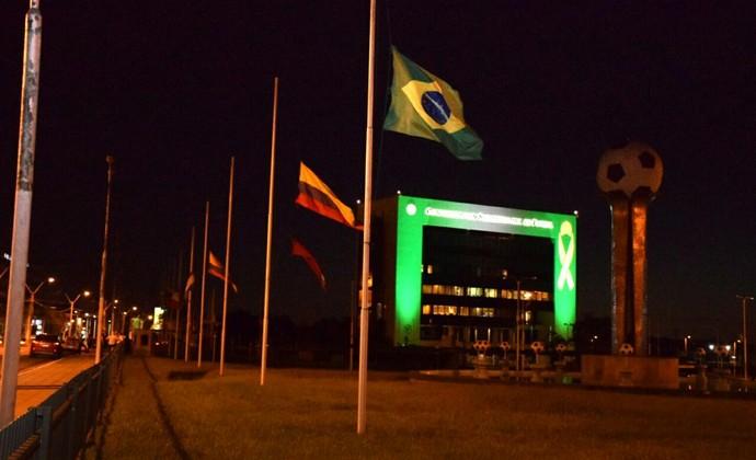 Sede da Conmebol também se colore de verde para homenagear Chapecoense (Foto: Reprodução/Twitter)