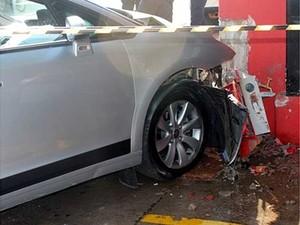 Carro envolvido em acidente em Americana neste domingo (Foto: Sérgio Evangelista de Souza/Arquivo pessoal)