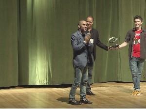 Ator Caio Blat é homenageado na abertura do Curta Santos (Foto: Reprodução / TV Tribuna)