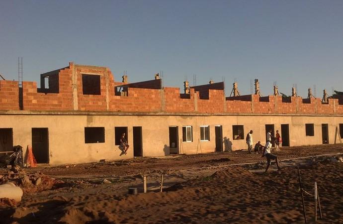 Construção das cabines de rádio do catarinão, do gonçalense (Foto: Muller Souza)