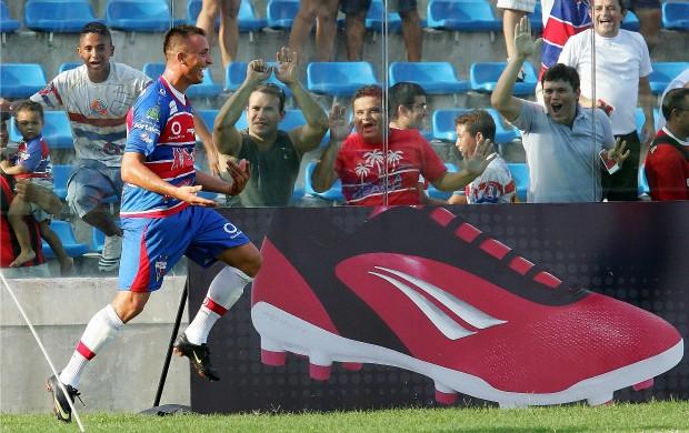 Ray, atacante do Fortaleza, comemora gol (Foto: Kid Júnior/Agência Diário)