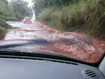 Internauta flagrou alagamento no trecho próximo à Fazenda São Sebastião na rodovia que liga as cidades de Mariluz à Umuarama,  (Foto: Valéria R. Isaías / VC no G1)