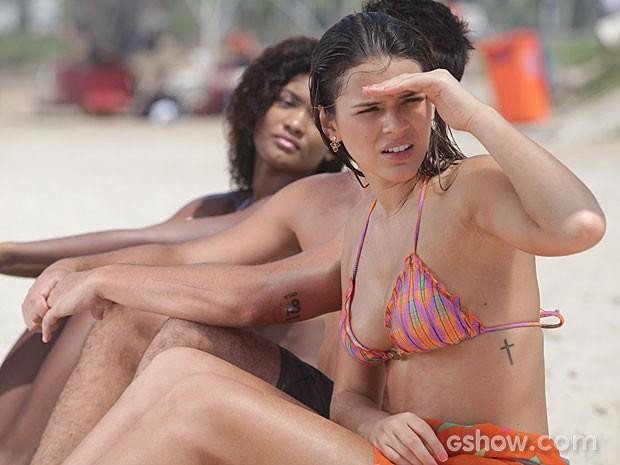 Luiza não esperava ver Laerte na mesma praia (Foto: Pedro Curi/TV Globo)