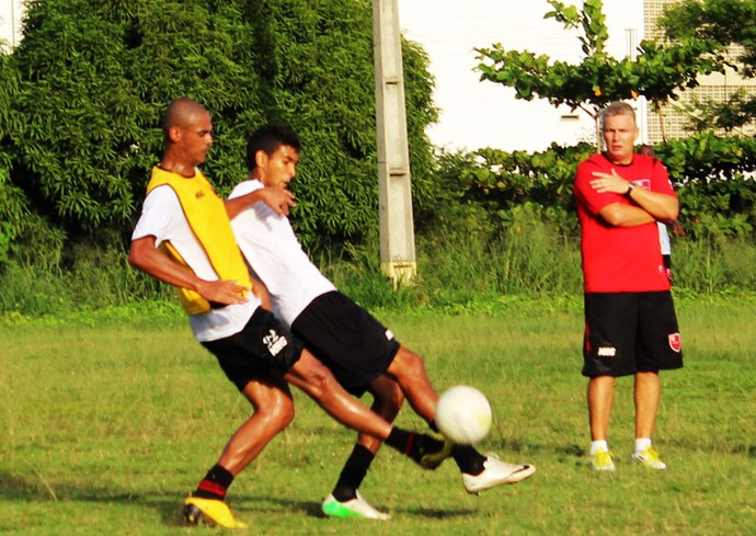 92539738fd Zagueiro Márcio Muniz fez bom primeiro tempo entre os reservas na marcação  de Augusto e atuou