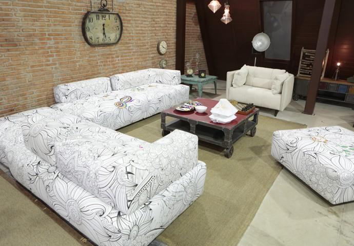 Os sofás para colorir e uma mesinha com um jogo de xadrez compõem o cenário (Foto: Felipe Monteiro / Gshow)