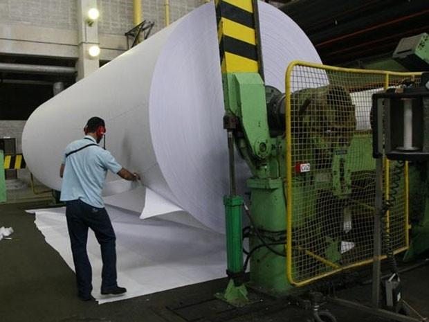 Operador em fábrica de papel. (Foto: Elói Correa / GOV BA)
