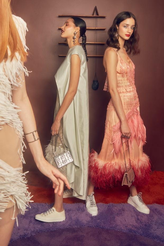 À esquerda, vestido Isabella Narchi (R$ 5.100) e bracelete Carla Amorim. No centro, vestido TIG (R$ 2.290), brincos Vanda Jacintho (R$ 1.362), bolsa Ellus (R$ 729) e tênis Dior (R$ 3.800). À direita, saia e top, ambos Prada, brincos Amsterdam Sauer, bolsa (Foto: Reprodução Vogue Uk Setembro de 2017, Imaxtree e Divulgação)