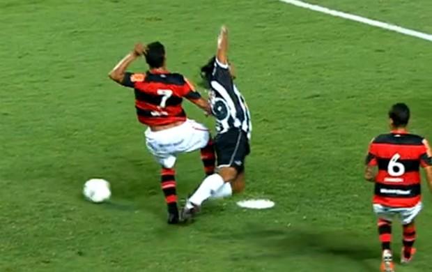 Ronaldinho Gaúcho, do Atlético-MG, pede pênalti após ser derrubado por Ibson aos 10 minutos (Foto: Reprodução SporTV)