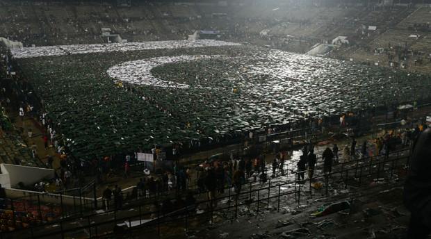 Bandeira gigante quebrou recorde ao ser formada por jovens no Paquistão (Foto: Arif Ali/AFP)
