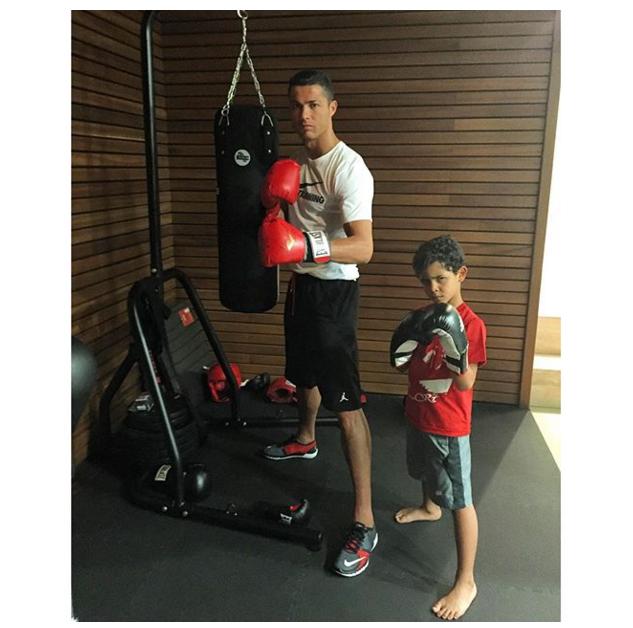 BLOG: Vai encarar? Cristiano Ronaldo ataca de boxeador ao lado do filho