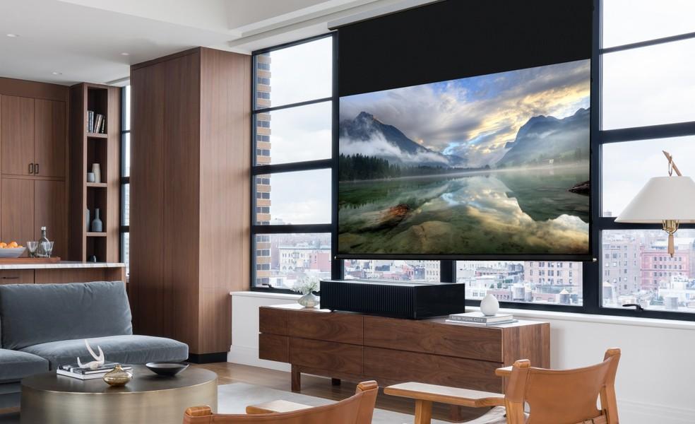 Projetor de vídeo em 4K faz a parede virar um monitor de 100 polegadas a uma distância de apenas 15 centímetros dela (Foto: Divulgação/Sony)