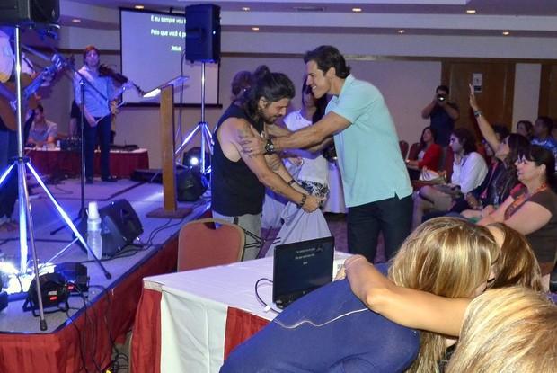 Marcos Menna e o ator Carlos Machado (Foto: Roberto Teixeira/EGO)