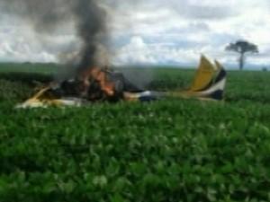 Avião agrícola cai e deixa os dois ocupantes mortos em Goiás, diz polícia (Foto: Reprodução/TV Anhanguera)