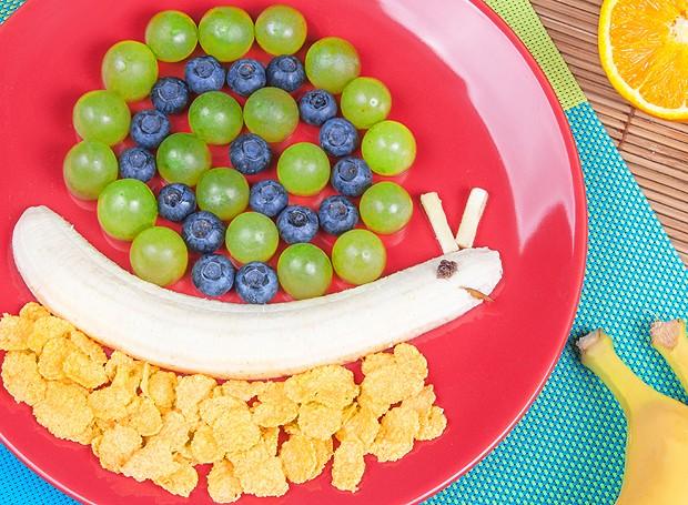 Outra opção para inserir as frutas na dieta é fazer um caracol de banana, uvas e cerais (Foto: ThinkStockPhotos)