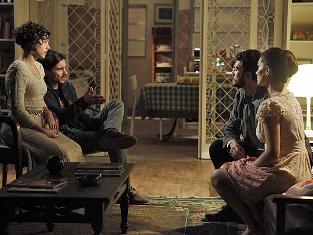 Miriam, Pedro, Rodrigo e Elisa suspeitam que carta de Angélica seja falsa (Foto: Amor Eterno Amor/TV Globo)