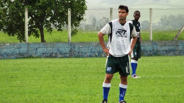 Gilsinho em treino do Taubate (Foto: Arthur Costa/ Globoesporte.com)