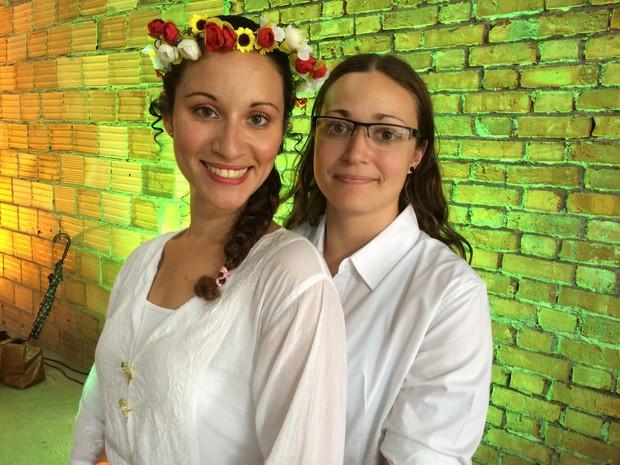 A assistente técnica Caroline Helena Almoinha, 26, se casou com a produtora cultural Elizabeth Martins Damaceno, 26 no casamento coletivo (Foto: Daniel Silveira/G1)