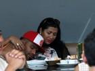 Naldo recebe carinho de Moranguinho durante almoço no Rio
