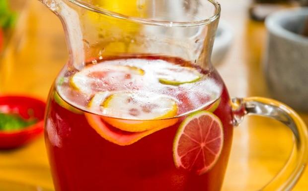 Receitas da Carolina - Ep. 9 - Ch de hibisco com vodca (Foto: Robert Schwenck)