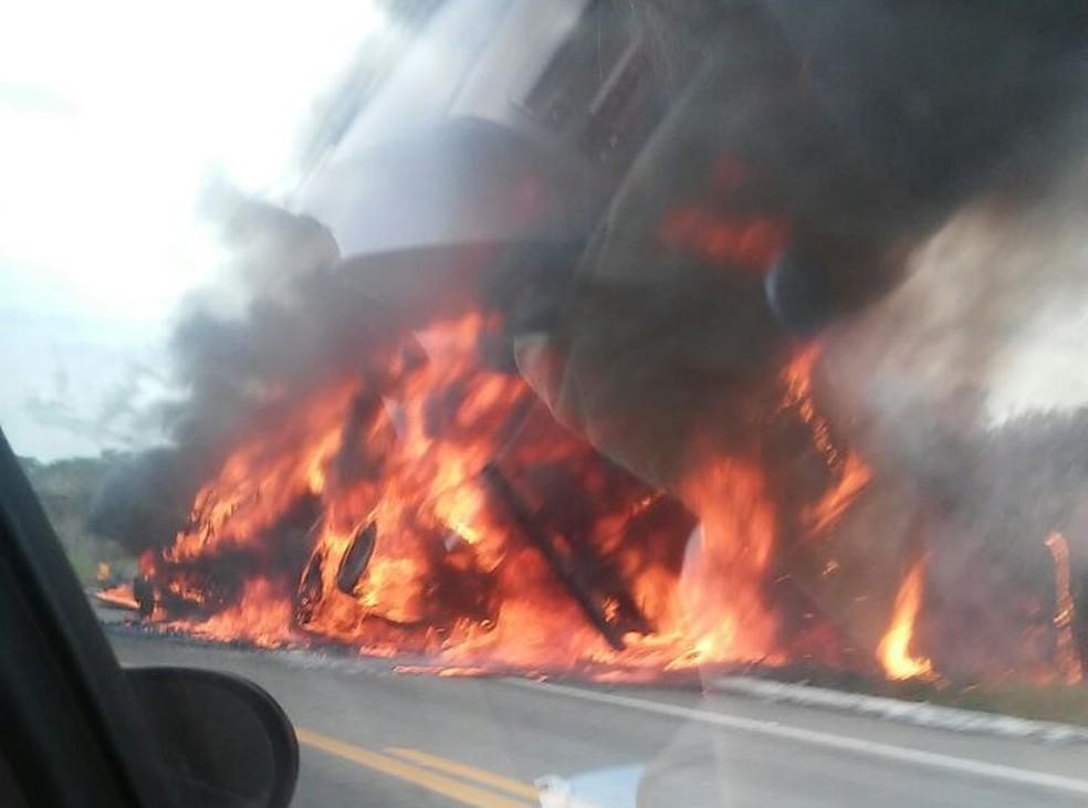 Veículo carregado de colchões pega fogo  (Foto: PRF/Divulgação)