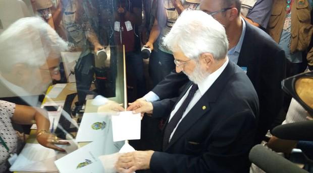 Líder do PSOL na Câmara, deputado Ivan Valente (SP), protocola pedido de impeachment de Michel Temer (Foto: Bernardo Caram/G1)