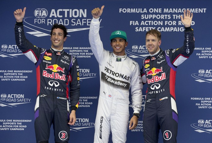 Lewis Hamilton entre Daniel Ricciardo e Sebastian Vettel: os três primeiros do grid de largada do GP da China (Foto: AP)