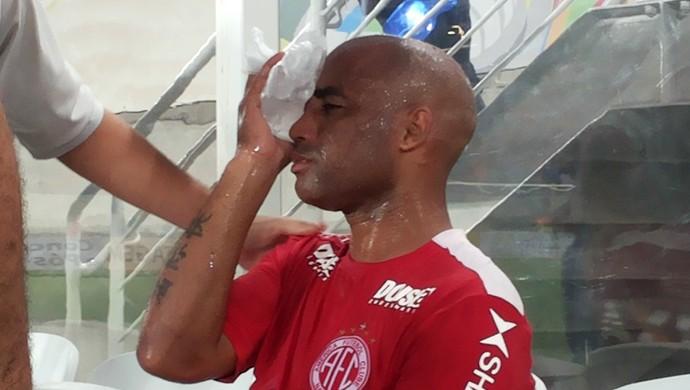 Cascata - olho inchado - América-RN - Clássico Rei (Foto: Jocaff Souza/GloboEsporte.com)