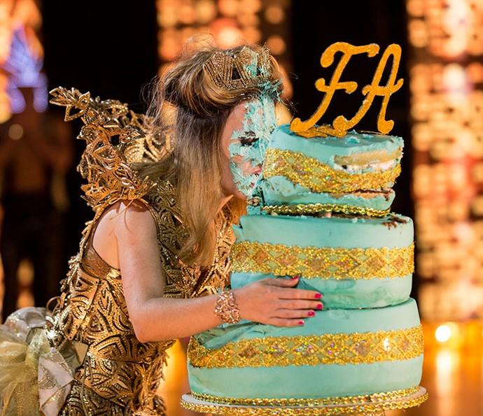 Mas a feirante leva a melhor e enfia a cara da patricinha no bolo! (Foto: Fabiano Battaglin/Gshow)